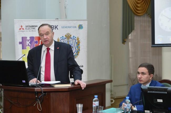 Проректор по учебно-методической работе МГТУ им. Н.Э.Баумана С.В.Коршунов открывает конференцию